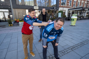 Markedsansvarlig i Sør Cup, Gustav Steimler, signerer avtalen på ryggen til daglig leder Geir Åge Olsen. Sportssjef i Fædrelandsvennen, Pål W. Jørgensen i bakgrunnen. Foto: Per Moseid